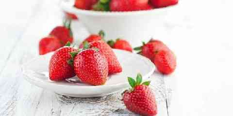 how many net carbs in strawberries 1 2 3 5 cup